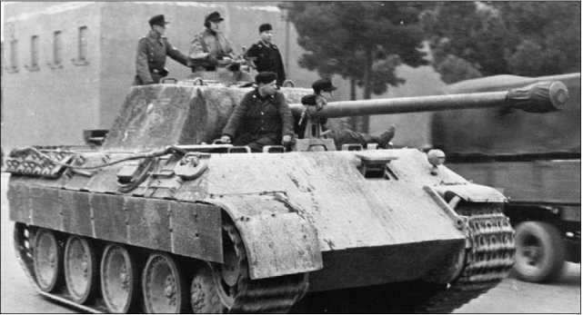 «Пантера» Ausf.D позднего выпуска на улице Рима. 1943 год.