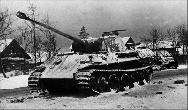 Вверху: подбитая «Пантера» Ausf.A. 1-й Украинский фронт, декабрь 1943 год. Внизу: подорвавшийся на мине танк модели D. Ленинградский фронт, 1944 год. У этой машины уже имеются козырек над амбразурами бинокулярного прицела и одна фара, как у танков поздних выпусков, но командирская башенка и лючок для выброса гильз в борту башни соответствуют танкам ранних выпусков.