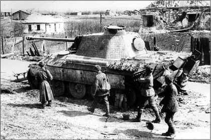 Красноармейцы осматривают «Пантеру» Ausf.A, подбитую на окраине Тернополя. Апрель 1944 года.