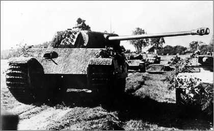 «Пантеры» Ausf.G из 5-й танковой дивизии СС «Викинг» выдвигаются на передний край. Восточный фронт, лето 1944 года.