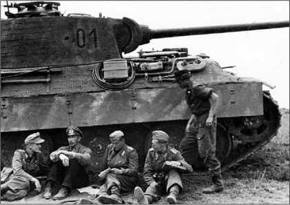 Офицеры дивизии «Великая Германия» рядом с командирской «Пантерой» Ausf.A.