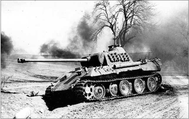 Подбитая «Пантера» модели А. У танка отсутствует первый опорный каток из наружного ряда. Навешивание на борта башни запасных траков для дополнительной защиты было обычным явлением. 1-й Украинский фронт, 1944 год.