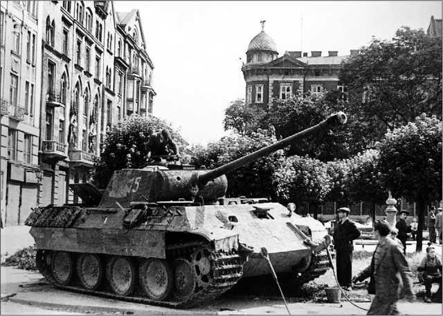 «Пантера» варианта А, подбитая на улице Львова. Июль 1944 года.