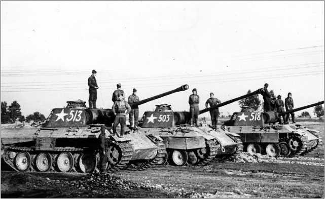 Трофейные «пантеры» Ausf.A из роты гвардии лейтенанта Сотникова. Район восточнее Праги (пригород Варшавы), 1944 год.