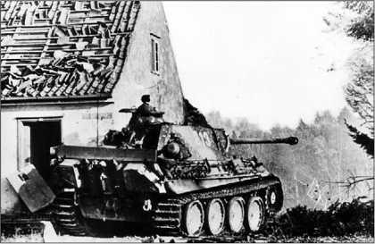 В отечественных источниках под этим снимком обычно давалась подпись: «Франция, лето 1944 года». Но это не Франция, это — Восточная Пруссия. Выкрашенная в «засадный» камуфляж «Пантера» Ausf.G из 5-й танковой дивизии выцеливает не «шерманы», а «тридцатьчетверки». Осень 1944 года.
