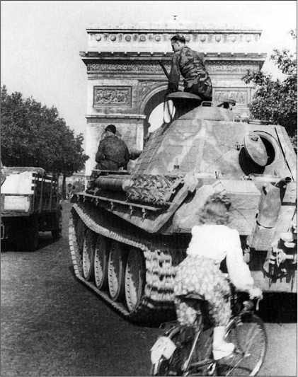 «Пантера» на улице Парижа. Лето 1944 года.