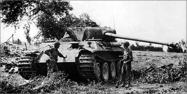 Американские солдаты осматривают подбитую «Пантеру» Ausf.A. Франция, август 1944 года.