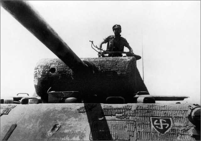 «Пантера» Ausf.D крупным планом. На лобовом листе хорошо различима эмблема 5-й танковой дивизии СС «Викинг». 1944 год.