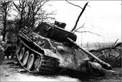 Танк модели G, подбитый советской артиллерией в районе Шауляя. 1944 год.