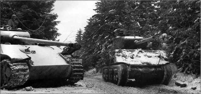 «Шерман» M4A3(76)W проезжает мимо подбитой «Пантеры» Ausf.G. Бельгия, январь 1945 года.