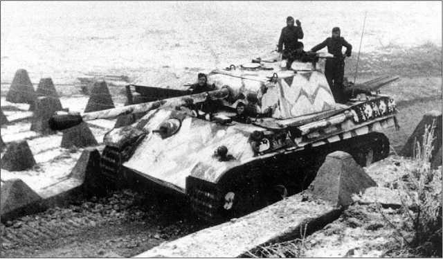 «Пантера» Ausf.G проходит через заграждения Берлинского укрепрайона. Февраль 1945 года.