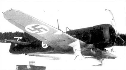 Снимок истребителя Фоккер D.XXI (бортовой код «FR-110») из 3/L/.V-24 сделан 8 апреля 1940г. после аварийной посадки — самолет потерял в полете левую лыжу, аэродром Йоройнен. Ранее истребитель принадлежал 4/LLv-24. В период Зимней войны на самолете летал уоорент-офицер Виктор Пиютсия, одержавший 7,5 побед в воздушных боях. Самолет «FR-110» — единственный в LLv- 24, на котором, нисколько известно, имелись отметки о сбитых самолетах; обратите внимание на четыре длинных и одну короткие вертикальные полоски белого цвета, нанесенные на киль истребителя — 4,5 победы.