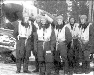 Группа асов из 1/НLeLv-24 в полном летном обмундировании позируют на фоне истребители Ниссинен а с бортовым кодом «МТ-225». Слева направо: 1-й лейтенант Микко Пасила (К) побед), уоррент-офицер Виктор Пикипе и я (19,5 побед), командир звени 1-й лейтенант Лаури Ниссинен (32,5 победы), 2-й лейтенант Хеймо Лампи, 1-й лейтенант Кай Митсола (10,5 побед), сержант Арво Коскилайнеи (5 побед).