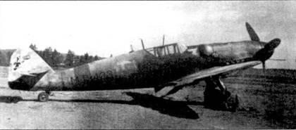 Еще один снимок мессершмитта с бортовым кодом «МТ-423», аэродром Куми, июнь 1944г. На этой машине также летал пилот l/HLeLv-34 стафф-сержант Хеммо Лейно, ставший асом 10 октября 1943г. Первые победы Лейно одержал на Фоккере D.XX1 в составе LeLv-ЗО и на Моране в LeLv-14, его дальнейшие успехи в воздушной войне связаны с мессершмиттом. Войну Лейно закончил имея на своем счету 11 побед (один советский самолет стафф-сержант сбил на Bf 109G «МТ-423»), в его послужном списке — 251 боевой вылет.