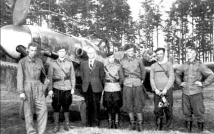 Кошмар любого прапорщика: групповой снимок асов из 3/HLeLv-24, летчики демонстрируют все мыслимые варианты издевательства над положенной по уставу формой; аэродром Лаппиинранта, июль 1944г. Слева направо: командир звена 1-й лейтенант Киюсти Кархила (32 победы), командир 24-й эскадрильи майор Норма Кархунен (31 победа), отец попавшего в плен 29 июня 1944г. 1-го лейтенанта Ахти Латине на (10 побед), 1-й лейтенант Атти Ниман (5 побед), стафф-сержант Эмиль Виса (29,5 победы), стафф-сержант Лео Ахокас (12 побед), сержант Кости Коскинен (2 победы). Фоном для фотографии послужил мессершмитт с бортовым кодом «МТ-460», на котором летал Виса.