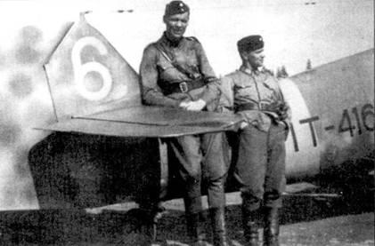 Летчики 1/HLeLv-34 1-й лейтенант Илмари Йоинсуу (5 побед) и стафф-сержант Кауко Туомикоски (4 победы) позируют на фоне истребителя Bf 109G с бортовым кодом «МТ-416», аэродром Куми, май 1944г. Рост Илмари Иоинсуу составлял пи много ни мало 195см, за что летчик получил прозвище «Нитка Джим» — длинный Джим.