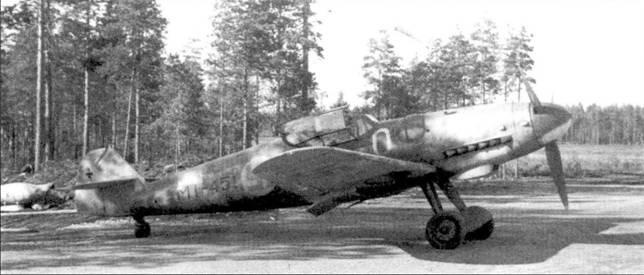 Истребитель Bf. 109G-6/R-6 (бортовой код «МТ-451»), аэродром Тайпалсаари, июнь 1944г. Обратите внимание — крыльевые пушки сняты и с этого «ганбота». Самолет принадлежал l/HLeLv-34. На этой машине командир HLeLv-34 майор Эйно Луукканен 5 августа 1944г. занес на счет эскадрильи последнюю победу в воздушной войне, сбив над Финским заливом истребитель Як-9.