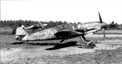 Самолеты 24-й эскадрильи базировались па аэродроме Лаппиинранта с 16 по 23 июня 1944г. На снимке — Bf 109G с бортовым кодом «МТ-435» из 1/НLeLv- 24. На этой машине мастер-сержант Антти Тани сбил 21 июня 1944г. истребитель Як-9 — 17-я по счету победа аса. Всего Тани одержал в воздушных боях 21,5 победы.