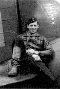 Сержант Нильс Катаяйнен из 3/ LeLv-24 позирует, сидя на стабилизаторе истребителя Брюстер с бортовым кодом «BW-36H», снимок 26 сентября 1941г. На киле самолета — отметки о шести победах, одержанных на этой машине.