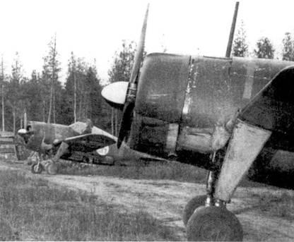 Истребители Брюстер из 1/HLeLv-26, аэродром Менсуваара, июль 1944г. И а переднем плане — самолет с бортовым кодом «BW-364», на котором чаще других пилотов летал 1-й лейтенант Тиромаа, сбивший в июне 1944г. четыре советских самолета. Тиромаа воевал на Брюстерах в течение трех лет, два заключительных месяца Продолжительной войны он командовал 2/HLeLv-24 и сбил на Bf. 109G два самолета противника. Всего Тиромаа в 225 боевых вылетах одержал 19 побед.