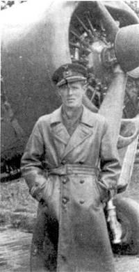 1-й лейтенант Эрик Тиромаа в бытность командиром l/HLeLv-26, аэродром Иммола, середина июня 1944г. Тиромаа на Брюстере с бортовым кодом «В W-361» в период короткой Лапландской войны сбил 4 октября 1944г. бомбардировщик Ju-87 из состава люфтваффе, однако немецкие источники не подтверждают потерю «Штуки».