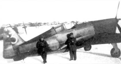 Истребитель Моран-Сонье MS.406 с бортовым кодом «МБ-318», ледовый аэродром озера Пихаярви, март 1940г. По цифре «3» желтого цвета и небольшой серебряной звездочке на руле направлении можно установить, что на этом самолете летал 2-й лейтенант Паули Массинен. Звездочка — отметка о сбитом 2 марта 1940г. бомбардировщике ДБ-3. Финским историкам удалось установить, что это единственный случай победной символики на финском истребителе периода Зимней войны.
