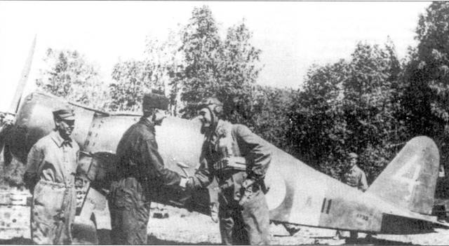 Механик Эркки Хайми поздравляет командира 3/LeLv-26 1-го лейтенанта Ниеминена с успешным боевым вылетом, рядом стоит другой механик — Питтири Маркканен. На этом истребителе (Фиат С.50 с бортовым кодом «FA-11») Ниеминен 25 июня 1941г. сбил три бомбардировщика СБ.