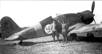 Механики Р. Ранта и X. Луукконен позируют на фоне Фиата сержанта Ласси Аалтонена, аэродром Йоройнен, 2Н июни 1941г. Нее Фиаты из 2/LeLv-26 имели на вертикальном оперении тактические номера черного цвети с желтой обводкой, данный самолет не является исключением. В конце войны Аалтонен летал на Bf.109G в составе 3/HLeLv-34, он совершил более 300 боевых вылетов, одержав в воздушных боях 12,5 побед.