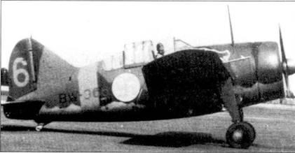 Командир 3/LeLv-24 капитан Йорма «Йоппи» Кирхунен выруливает на старт на истребителе Брюстер «модель 239» с бортовым кодом «BW-366», Лаппиинранта, август 1941г. Самолеты 3-го звена 24-й эскадрильи имели тактические номера оранжевого цвета и оранжевые кольца-полосы вокруг фюзеляжа. Изображение рыси ни борту истребителей первоначально появилось ни самолетах звена Кархунена, но вскоре рысь стала эмблемой всей 24-й эскадрильи.