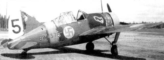 На истребителе Брюстер «модель 239» с бортовым кодом «В1У-378» командир 4ZL.el.v-24 капитан «Пелле» Совелиус будучи летчиком-испытателем летал до 16 февраля 1942г. Он сбил на нем семь самолетов противника, доведя свой личный боевой счет до 13 побед. Снимок сделан на аэродроме Висивихмаа в мае 1942г.
