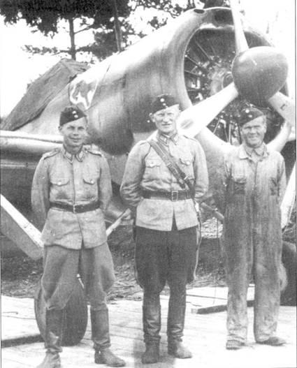 «Команда» истребителя Брюстер «модель 239» с бортовым кодом «В IV- 376» из 1/LLv-24, аэродром Рантасалми, июль 1941г. Слева направо: механик сержант Э. Хорппу, летчик уоррент-офицер В. Пиютсия и помощник механика Й. Салминен. «Ися Викки» (папа Викки) Пиютсия являлся одним из ветеранов финских ВВС, он родился в 1909г. Несмотря на почтенный для летчики-истребителя возраст, он прошел обе советско-финских войны в составе LeLv-24.