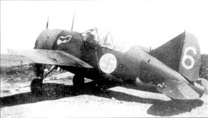 Истребитель уоррент-офицер В. Пиютсия, (продром Раитасалми, июль 1941г. На этой машине «пана Викки» одержал 4,5 победы, всего же на истребителях Брюстер — 8,5 побед. Летом 1944г. на Bf 109G он одержал еще 4,5 победы. Всего Викки Пиютсия выполнил 437 боевых вылетов, одержав в воздушных боях 19,5 побед.