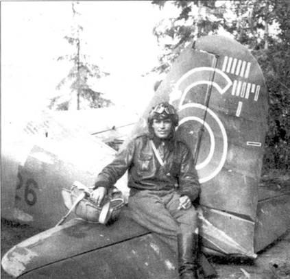 На руле направления истребителя Фиат G.50 с бортовым кодом «РА-26» сидит уоррент-офицер Ойва «Ойнна» Туоминен, Лункула, август 1941г. 18 августа 1941г. Туоминен был награжден крестом Маннергейма, тогда на его счету значилось восемь побед, одержанных в период Зимней войны и 11,5 побед, одержанных уже в период Продолжительной войны. На руле направления истребителя хорошо видны отметки о сбитых самолетах; полностью белые «марки» — сбитые бомбардировщики, черные «марки» с белой обводкой — истребители, голубые с белой обводкой — гидросамолеты. Горизонтальная марка — отметка о победе, одержанной на этом Фиате 13 августа 1941г. уоррент-офицером Лаутмяки.