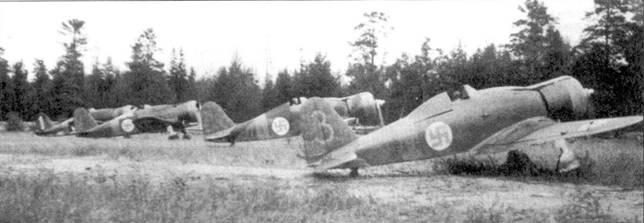 Четверка истребителей Фиат G.50 из LeLv-26, аэродром Лункула, 4 сентября 1941г. Слева направо стоят самолеты с бортовыми кодами «FA-3», «ТА-35», «FA-27» и «FA-6». На истребителе «FA-6» часто летал мастер-сержант Онни Паронен (12,5 побед).