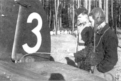Командир I/LeLv-32 капитан Пааво «Пата» Берг веточкой измеряет глубину пулевой пробоины ч руле направления своего истребителя Кертисс «Хок-75» с бортовым кодом «CUw- 553», рядом стоит механик самолета, аэродром Лаппиинранта, 24 сентября 1941г. На снимке частично виден нанесенный на киль заводской номер «13663». Прежде чем «Хок» «CUw- 570» Берга сбили 1 ноября 1941г., финн успел одержать в воздушных боях Продолжительной войны 9,5 побед.