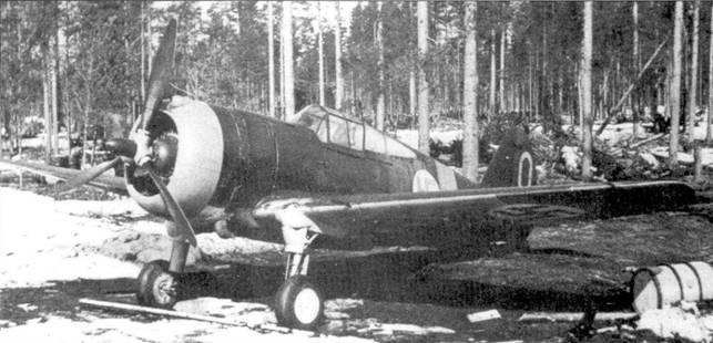 Истребитель «Хок» из LeLv-32 с бортовым кодом «CUw-560» был сфотографирован в апреле 1942г. на аэродроме Суулоярви. И отличие от других эскадрилий финских ВВС в LeLv-32 истребители не закреплялись за определенными летчиками. Тем не менее, на этом самолете 20-летний 2-й лейтенант «Кюсси» Кархила одержал восемь побед, асом он стал 19 сентября 1941г. Всего же на «Хоках» Кархила сбил 13 самолетов, в мае 1943г. он пересел на Bf 109G.
