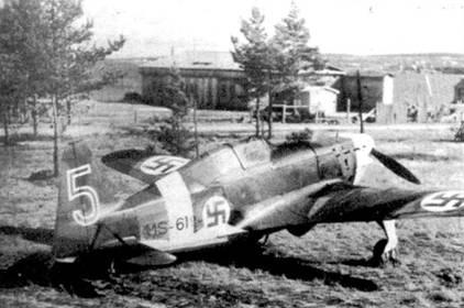 Снимок истребителя MS. 406 с бортовым кодом «MS-619» сделан в солнечный летний день 1942г. на расположенном в окрестностях Петрозаводска аэродроме Соломанни. Истребитель принадлежал 1/LLv-28. Этот самолет был закреплен за стафф-сержантом Антти Тани 4 октября 1941г., он периодически летал на нем в течение 18 месяцев. На Моранах Тани сбил семь советских самолетов, но только два (оба — Пе-2)— на MS. 406 с бортовым кодом «MS-6I9».