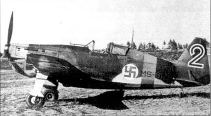 Еще один Моран (бортовой код «MS-317») из I/LeLv-28; снимок также сделан летом 1942г. в Соломанни. В этот период на данном Моране чаще всего летал 2-й лейтенант Пааво «Пампса» Миллиля, сбивший на нем 1 самолет лично и один — в группе (1,5 победы). На Bf.109G Миллиля одержал еще 19,5 побед. Всего ас выполнил 420 боевых вылетов. Горизонтальные марки на киле отражают скорее количество побед одержанных на этом истребителе, нежели индивидуальные успехи кого-то из летчиков — обычная практика для Моранов, принадлежавших LeLv-28.