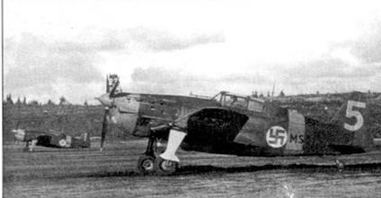 Истребители Моран-Солнье MS.406 с бортовыми кодами «MS-315» и «MS-329», аэродром Соломанни, октябрь 1941г. На руле направления дальнего самолета заметен тактический номер «I»; единица нарисована желтой краской. На этом самолете летал ас сержант Тойво Томминен (6,5 побед). 4 декабря 1941г. Томминен столкнулся в воздушном бою с «Харрикейном» из 152-го ИАП ВВС РККА. Советский самолет пилотировал старший лейтенант Н. Ф. Речников, оба летчика погибли.