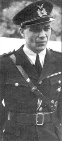 Командир 2/LeLv-30 капитан Вейко Кару, снимок сделан на церемонии награждения героя крестом Маннергейма, 6 ноября 1942г. Став кавалером высшей награды Финляндии, Кару вплоть до 6 марта 1944г. проходил службу на штабных должностях, 6 марта 1944г. его назначили командиром HLeLv-30.