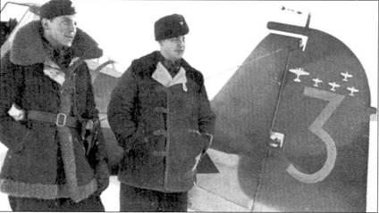 Еще один снимок, сделанный в Тииксярви 4 ноября 1941г. На фоне хвостового оперения истребителя Фоккер D.XX1 с бортовым кодом «FR-148» позируют «Маса» Калима, имевший к этому моменту па своем счету четыре победы в воздушных боях (четвертый советский самолет он сбил 27 сентября 1941г. на Фоккере с бортовым кодом «FR-150»).