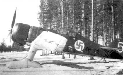 Истребитель Фоккер D.XXI (бортовой код «FR-105») из 5/LLv-24, Йоройнен, апрель 1940г. В ходе Зимней войны ни нем летали будущие асы сержанты Ласси Аалтонен и Онни Паронен (оба впоследствии служили в LLv-26), сбившие по несколько самолетов противника. Обратите внимание на лыжное шасси, лыж и лишь незначительно снижали скорость истребителя по сравнению с колесным шасси.