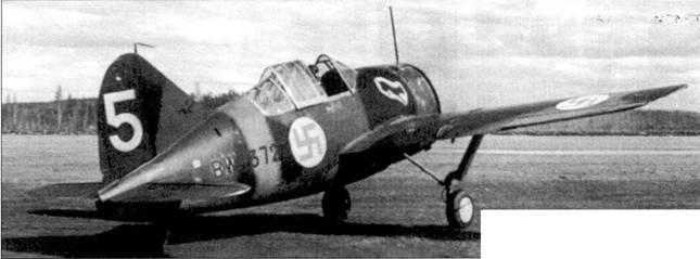 Истребитель Брюстер «модель 239» с бортовым кодом «BW-372» на стартовой позиции перед взлетом, аэродром Тииксярви, 25 мая 1942г. Самолет принадлежит 2/LeLv-24. До 25 июня 1942г., пока не был сбит, на этом самолете летал «Ласси» Пикури. Тогда Пикури удалось своим ходом выбраться с территории контролируемой советскими войсками, в 1944г. Пикури повезло меньше.