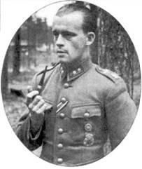 Заместитель командира 2/LeLv-24 I- й лейтенант Лаури Пикури позирует фотографу с любимой трубкой в руке, август 1942г. Весной и летом 1942г. звено Пикури в боях с поступившими в Советский Союз по ленд-лизу «Харрикейнами» отличалось неоднократно. На вооружении 2/LeLv-24 состояли истребители Брюстер «модель 239». Семь «Харрикейнов» сбил сам Пикури. 9 февраля 1943г. Лаури Пикури перевели в 1/LeLv-34. Ас был сбит 16 июня 1944г. на истребителе Bf. 109G-6 с бортовым кодом «МТ- 420», Пикури попал в плен. Всего летчик выполнил 314 боевых вылетов и одержал 18,5 побед в воздушных боях.