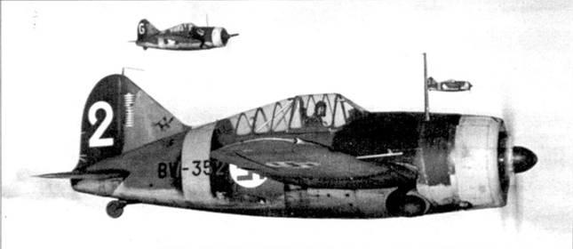 Истребители из 2/LeLv-24 в полете над Тииксярви, сентябрь 1942г. Самолет с бортовым кодом «BW-352» пилотирует уоррент-офицер Ииро Киннунен. Киннунен погиб 21 апреля 1943г., когда его истребитель был сбит зенитной артиллерией. На киле Брюстера хорошо заметны отметки о победах — в корне киля можно различить эмблему звена. «Леккери» Киннунен совершил более 300 боевых вылетов и одержал 22,5 победы в воздушных боях, 15 из них — на самолете Брюстер «BW-352».