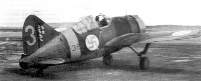 На взлет идет истребитель Брюстер с бортовым кодом «В W-384» из 2/LeLv-24, аэродром Тииксярви, 25 май 1942г. В кабине — 1-й-лейтенант Лаури Ниссинен. Ниссинен летал на данной машине почти год, до I июля 1942г., когда он поступил в кадетский корпус. 6 июля 1942г. летчик был удостоен креста Маннергейма за 25 сбитых самолетов противника. Примерно половину из этих побед он одержал на Брюстере «BW-384».