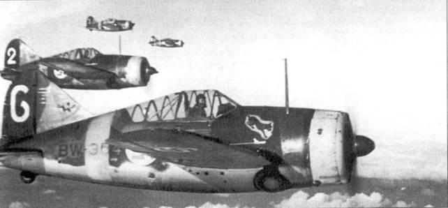 Еще один снимок истребителей из 2/LeLv-24, сделанный в сентябре 1942г. над Тииксярви. Самолет с бортовым кодом «BW-354» пилотирует стафф-сержант Хеймо Лампи. На данной машине Лам пи пролетал в 1941-42г.г. 18 месяцев и одержал 4,5 победы. Лампи завершил войну в составе 1/НLeLv-24 2-м лейтенантом, на его счету — 268 боевых вылетов и 13,5 побед в воздушных боях.