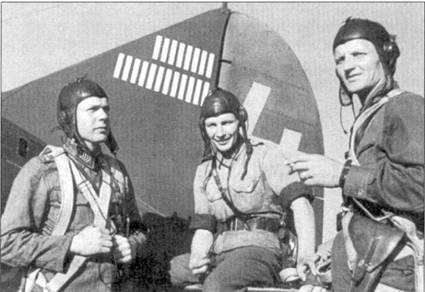 Асы из 3/LeLv-24 сфотографированы 27 июня 1942г. па аэродроме Хирвас. Слева направо: стафф-сержант «Юсси» Хуотари (17,5 побед), уорреут-офицер «Иллу» Юуутилайнеп (94 победы), сержант «Имппу» Виса (29,5 победы). Летчики пристроились на стабилизаторе Брюстера с бортовым кодом «BW-364», этот истребитель был закреплен за Юуутилайнененом. Виса одержал свою первую победу («Харрикейн») всего за два дня до того, как был сделан снимок.