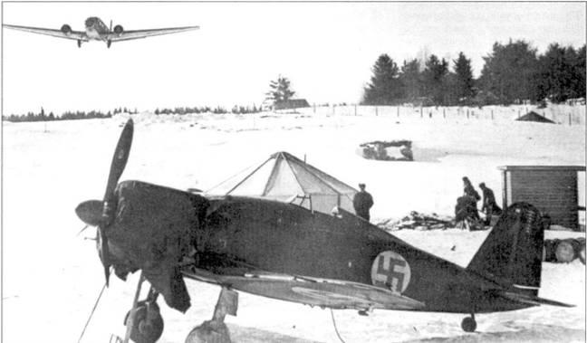 Истребитель Фиат G.50 с бортовым кодом «FA-1» из i/LeLv-24, аэродром Хельсинки-Мальми, мирт 1942г. Каждое истребительное звено в обязательном порядке ни ротационной основе в течение месяца обеспечивало ПВО столицы Финляндии. В 1941г. летавший на данном истребителе 1-й лейтенант Олли Пухакка сбил шесть советских самолетов. Отметки о победах можно различить в верхней части руля направления.