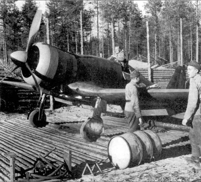 Истребитель Фиат G.50 с бортовым кодом «FA-ЗЗ» из 3/LeLv-26 сфотографирован на стоянке аэродрома Килпсилта 3 сентября 1942г. Обратите внимание на деревянный настил стоянки. Во второй половине 1942г. ни этой машине летал мастер-сержант Онни Паронен, не ней же он сбил два советских самолета (оба — истребителя И-153). 23 мирта 1943г. Иаронена перевели в вооруженную мессершмиттами LeLv-34. Онни Паронен совершил за войну 316 боевых вылетов и одержал 12,5 побед в воздушных боях.